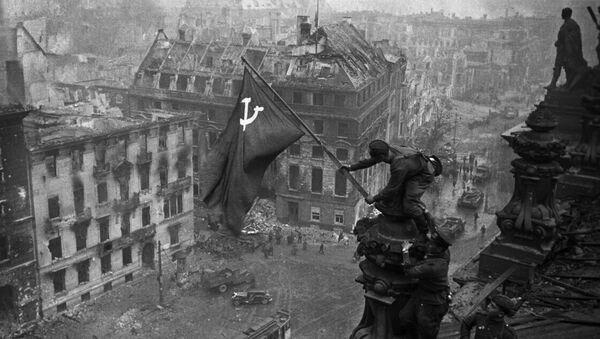 Zastava Pobede na zgradi Rajhstaga u Berlinu - Sputnik Srbija