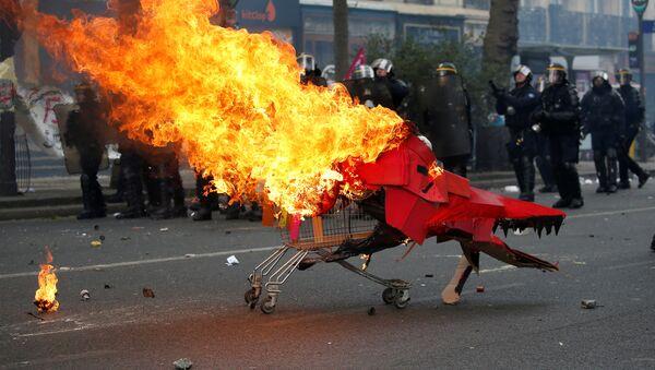 Протест у Паризу поводом Међународног празника рада - Sputnik Србија