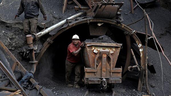 Ирански рудар гура колица са угљем - Sputnik Србија