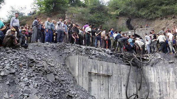 Људи се окупљају на месту експлозије у иранском руднику угља у провинцији Голестан - Sputnik Србија
