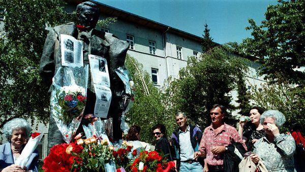 Народ плаче испред споменика Јосипу Брозу Титу - Sputnik Србија