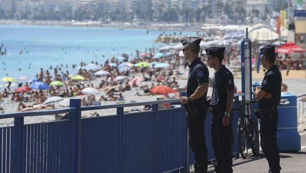 Pripadnici francuske policije patroliraju na obali Nice - Sputnik Srbija
