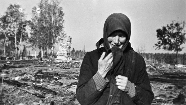 Žena plače na ruševinama rodnog sela koje su spalili fašisti u Drugom svetskom ratu - Sputnik Srbija