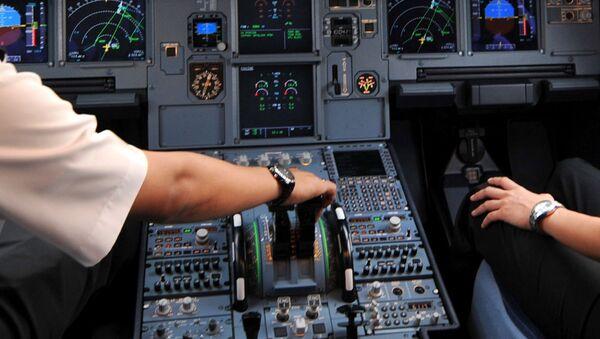 Piloti u kokpitu Erbas A320 na aerodromu u Džakarti. - Sputnik Srbija