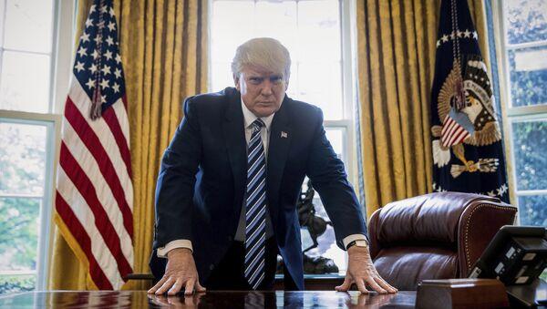 Председник САД Доналд Трамп у Овалном кабинету - Sputnik Србија