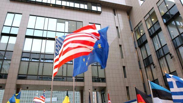 Таставе САД и ЕУ испред седишта ЕУ у Бриселу - Sputnik Србија