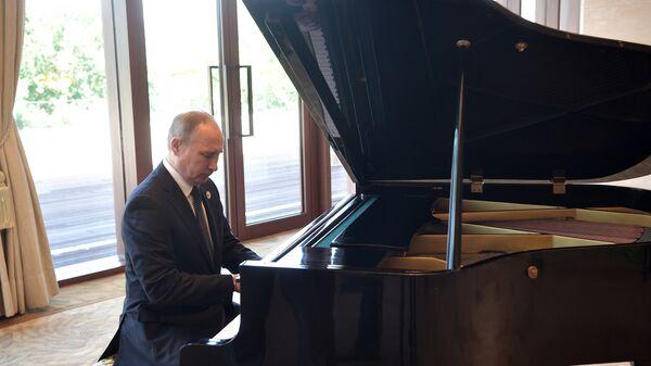 Ruski predsednik Vladimir Putin svira klavir - Sputnik Srbija