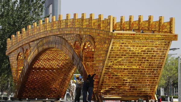 Radnici postavljaju žice na instalaciji Zlatni most Puta svile ispred zgrade u kojem se održava Forum Jedan pojas - jedan put - Sputnik Srbija