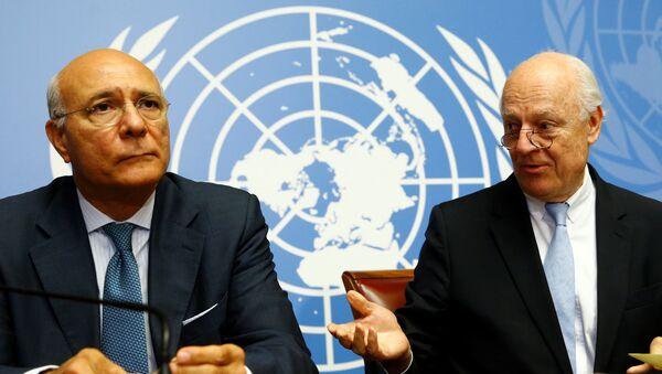 Zamenik i specijalni izaslanik UN za Siriju Remzi Ezeldin Remzi i Stafan de Mistura na konferenciji za medije u Ženevi - Sputnik Srbija