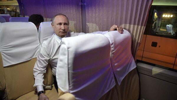 Predsednik Rusije Vladimir Putin u avionu - Sputnik Srbija