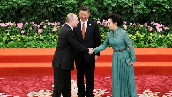 Predsednik Rusije Vladimir Putin pozdravlja se sa predsednikom Kine Si Đinpingom i njegovom suprugom Peng Lijuan u Pekingu - Sputnik Srbija