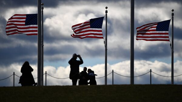 Туристи поред споменика у Вашингтону - Sputnik Србија