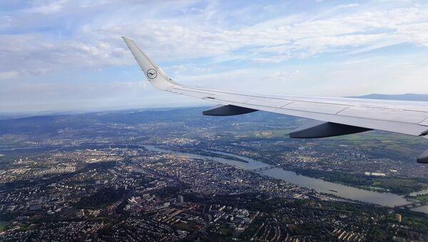 Avion iznad grada - Lufthanza - Sputnik Srbija