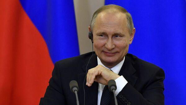 Predsednik Rusije Vladimir Putin smeje se na konferenciji za medije sa italijanskim premijerom Paolom Džentilonijem u Moskvi - Sputnik Srbija