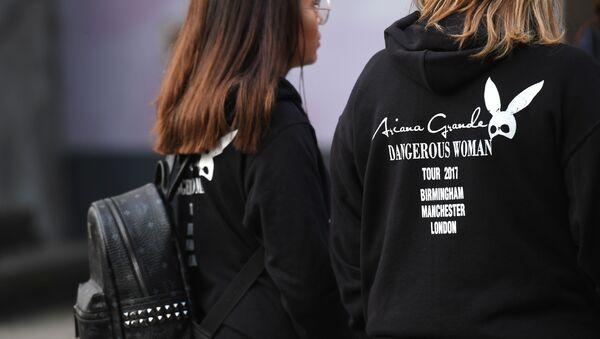 Обожаватељке америчке певачице Аријане Гранде разговарају са новинарима након експлозије на концерту у Манчестер арени, 23. маја 2017. - Sputnik Србија