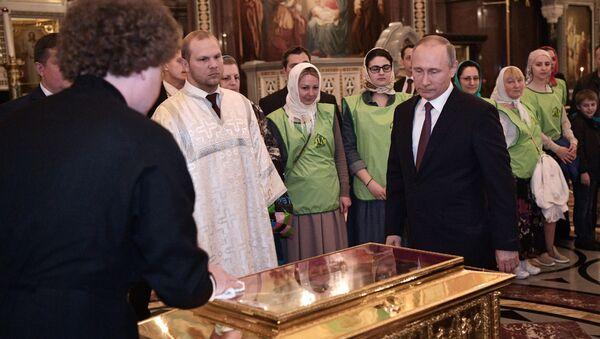 Predsednik Rusije Vladimir Putin u poseti Hramu Hrista Spasitelja - Sputnik Srbija