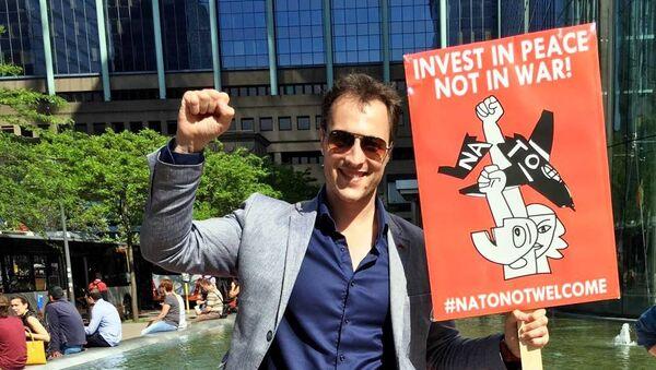 Marko Milačić na anti-NATO protestu u Briselu - Sputnik Srbija