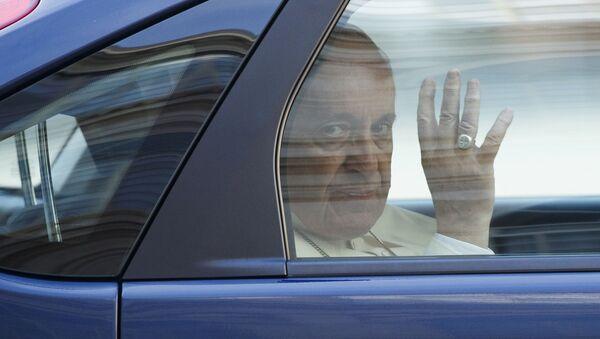 Папа Фрања маше из папамобила - Sputnik Србија