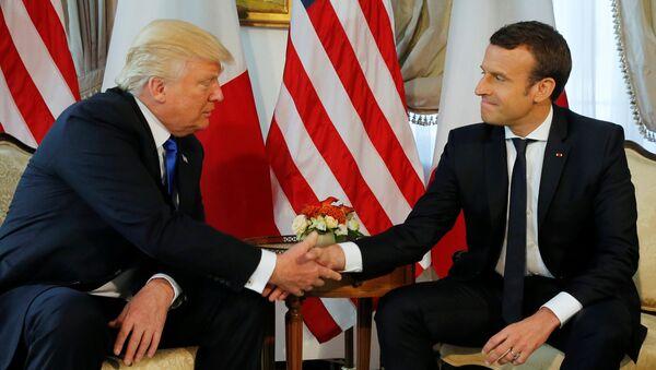 Donald Tramp se rukuje sa Emanuelom Makronom - Sputnik Srbija