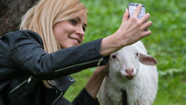 Devojka i ovca - Sputnik Srbija