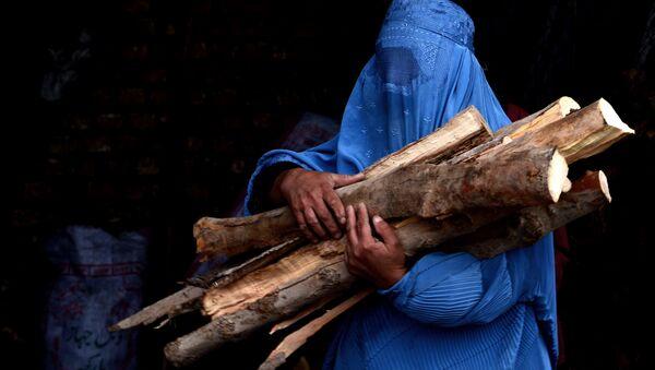 Avganistanka pokrivena burkom nosi cepanice nakon što ih je kupila u Heratu - Sputnik Srbija