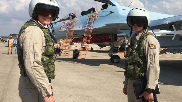 Ruski piloti se pripremaju da uđu u borbeni avion Su-30 na aerodromu u Hmejmimu u Siriji - Sputnik Srbija