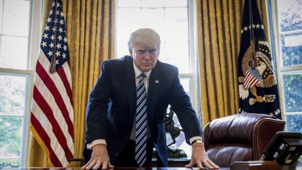 Председник САД Доналд Трамп у Овалној соби Беле куће у Вашингтону - Sputnik Србија