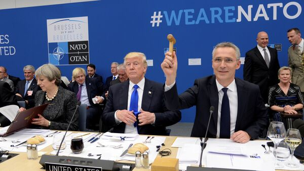 Britanska premijerka Tereza Mej, predsednik SAD Donald Tramp i generalni sekretar NATO-a Jens Stoltenberg na samitu NATO-a u Briselu - Sputnik Srbija
