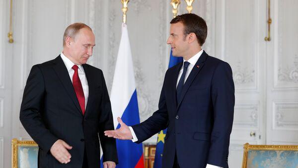 Predsednik Rusije Vladimir Putin i predsednik Francuske Emanuel Makron pre početka sastanka u Versaju - Sputnik Srbija