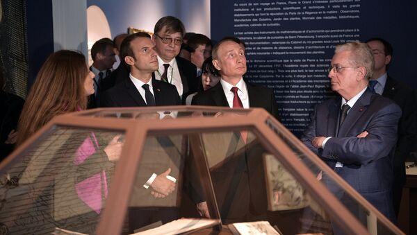 Predsednici Fransucke i Rusije, Emanuel Makron i Vladimir Putin, obišli su izložbu kojom se obeležava 300 godina od dolaska u Pariz ruskog cara Petra Velikog. - Sputnik Srbija