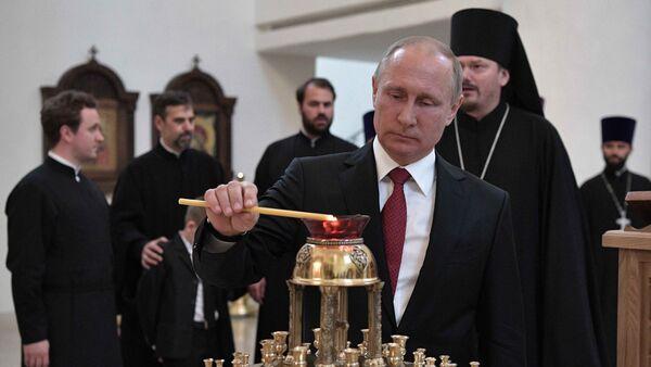 Predsednik Rusije Vladimir Putin pali sveću u Ruskom kulturno-duhovno centru u Parizu - Sputnik Srbija