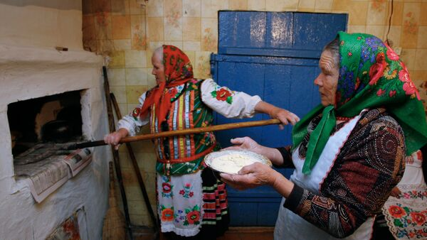 Dve babuške peku hleb - Sputnik Srbija