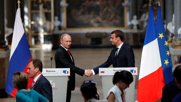 Predsednici Rusije i Francuske, Vladimir Putin i Emanuel Makron na zajedničkoj konferenciji za medije u Versaju - Sputnik Srbija