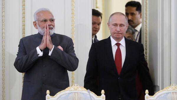 Premijer Indije Narendra Modi i predsednik Rusije Vladimir Putin na sastanku u Sankt Peterburgu - Sputnik Srbija