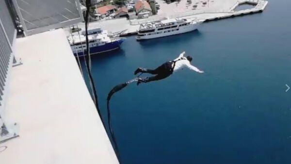 Политичар скочио са моста - Sputnik Србија