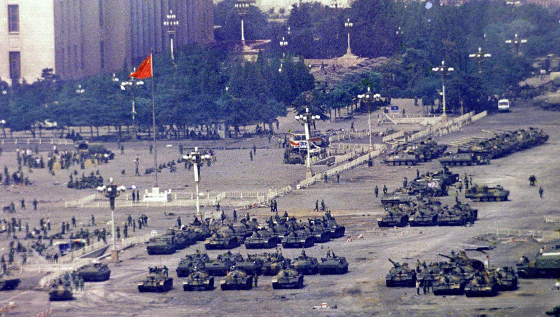 Кинеске трупе и тенкови окупљени на Тргу Тјенанмен током продемократских протеста у Пекингу у јуну 1989. године - Sputnik Србија, 1920, 04.06.2021