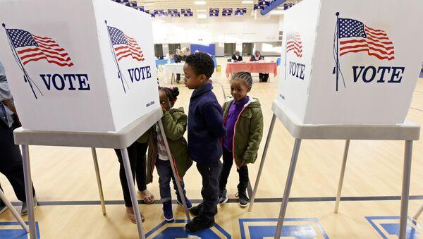 Deca posmatraju majku koja glasa na izborima u Severnoj Karolini - Sputnik Srbija