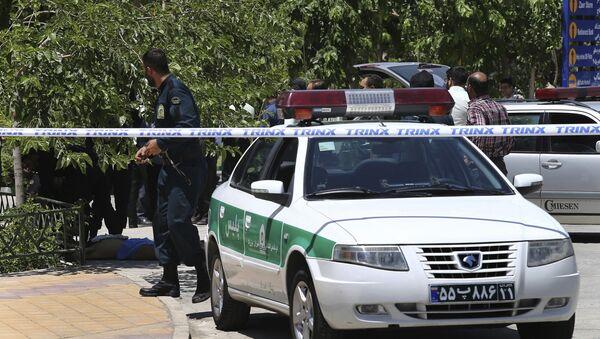 Полиција патролира поред тела терористе (у позадини) у маузолеју имама Хомеинија у Техерану - Sputnik Србија