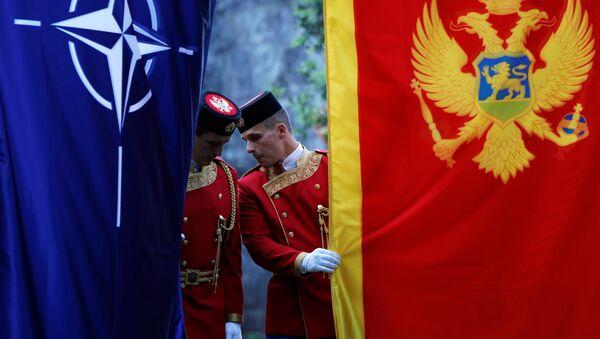Подизање застава НАТО-а и Црне Горе - Sputnik Србија
