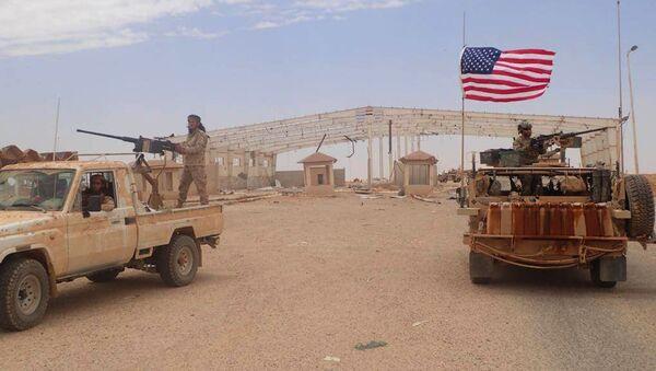 Борац сиријске опозиције које подржавају САД и амерички војник у близини јужног сиријског града Танф - Sputnik Србија
