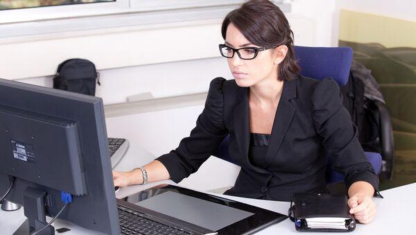Жена за компјутером  - Sputnik Србија