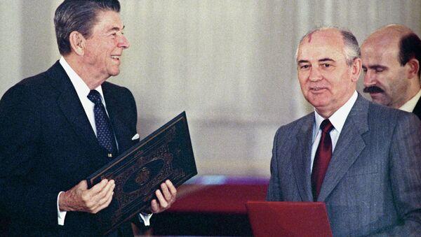 Predsednik SAD Ronald Regan i predsednik SSSR Mihail Gorbačov potpisuju sporazum o uništavanju raketa srednjeg i malog dometa 1987. - Sputnik Srbija
