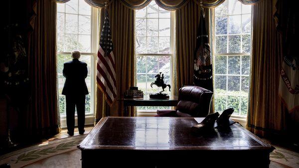 Председник САД Доналд Трамп у Овалној соби у Белој кући - Sputnik Србија