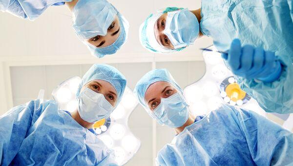 Medicinski tim tokom operacije - Sputnik Srbija