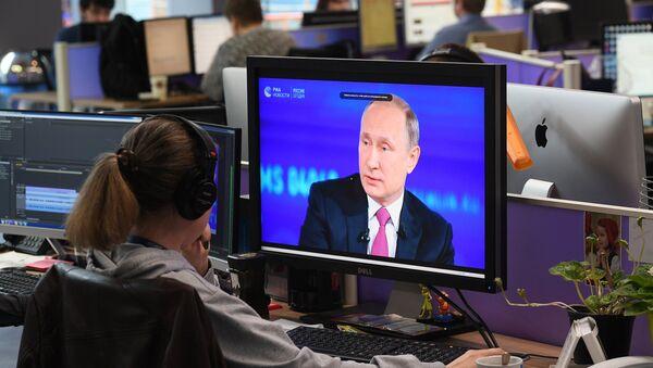 Operateri u studiju tokom Direktne linije sa Vladimirom Putinom - Sputnik Srbija