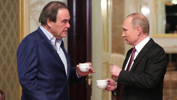 Амерички режисер Оливер Стоун и председник САД Владимир Путин током интервјуа - Sputnik Србија