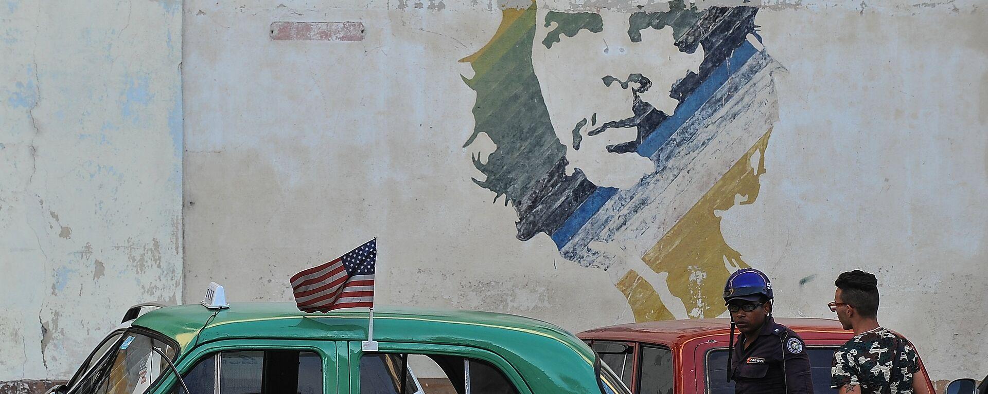 Аутомобил пролази поред графита са ликом Ернеста Че Геваре у Хавани на Куби - Sputnik Србија, 1920, 14.07.2021