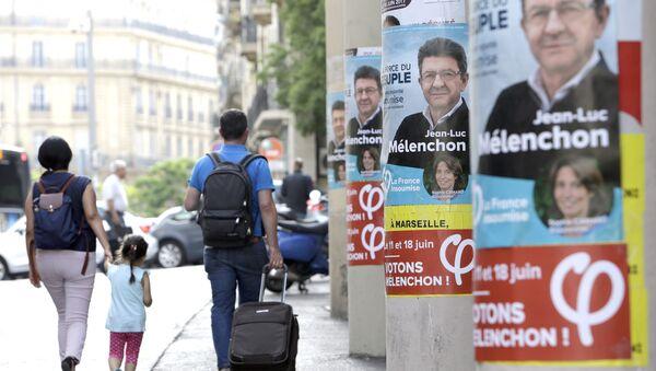 Људи ходају поред предизборних плаката у Марсеју. - Sputnik Србија