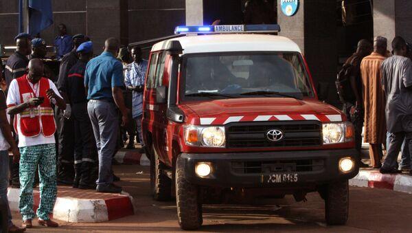 Кола хитне помоћи испред хотела Радисон блу у Бамаку, у Малију, после терористичког напада 20. новембра 2015. - Sputnik Србија
