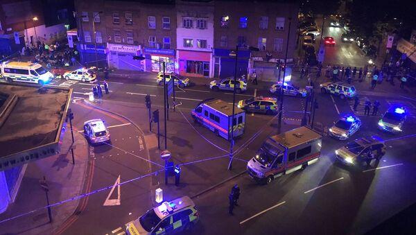 Полиција на лицу места у Лондону кад је комби улетео међу пешаке у близини џамије - Sputnik Србија